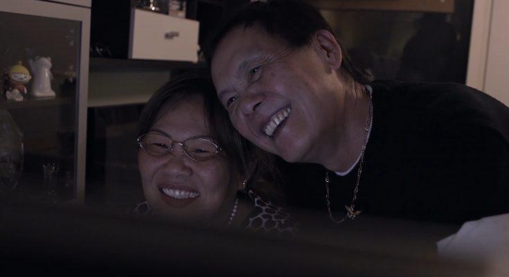 Eltern beim Karaoke singen