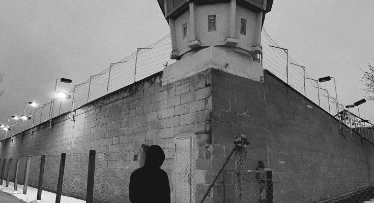 Mann steht vor Gefängnis, unbezahlte Strafzettel