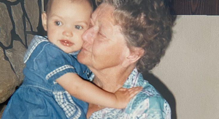 Uroma hält Kind auf Arm, Umgang mit Tod
