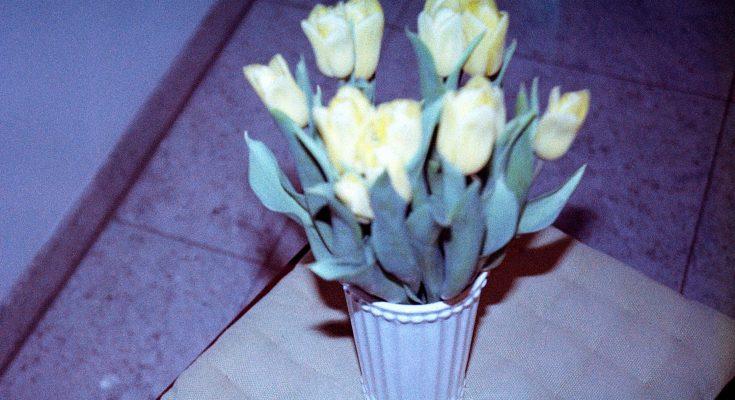 Blumenstrauß auf kleinem Tischchen analog