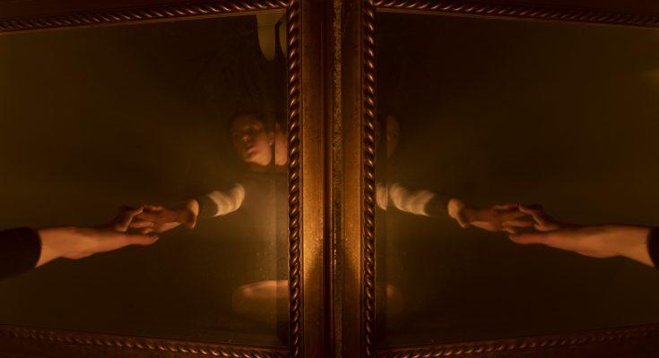 Essstörung, Frau wird in Spiegel gezogen